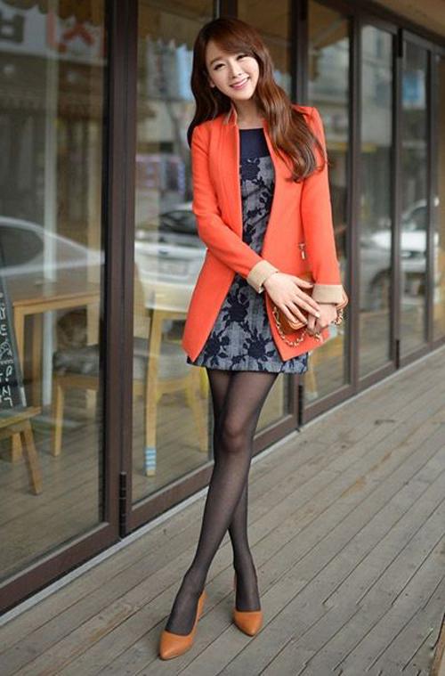 橘色呢子大衣搭配印花连衣裙