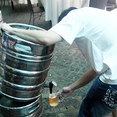 青岛:领着塑料袋打散啤