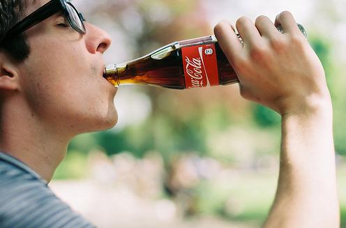 在马桶中倒一圈可乐,再用清水这么一冲