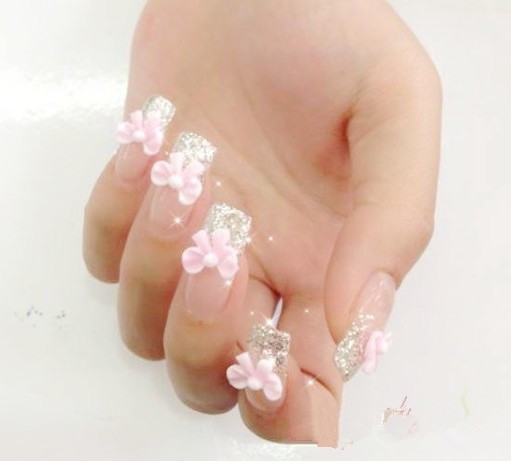 甜美优雅法式指甲图一 足够是甜美优雅的一款法式指甲图了,简单的透明色作打底,再在指尖上涂抹闪粉和花朵图案,看起来就是温婉的小女人感觉。